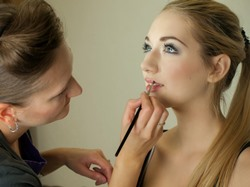 Capshaw AL makeup ar4tist applying makeup